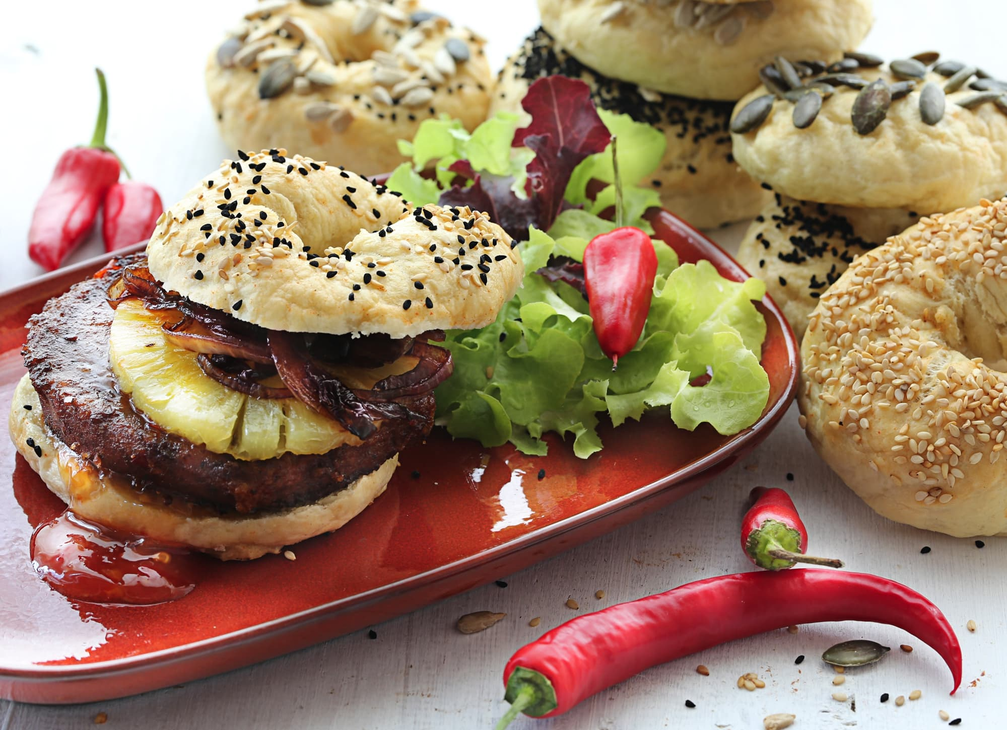 HAWAII-BAGEL MIT ZWIEBELCONFIT