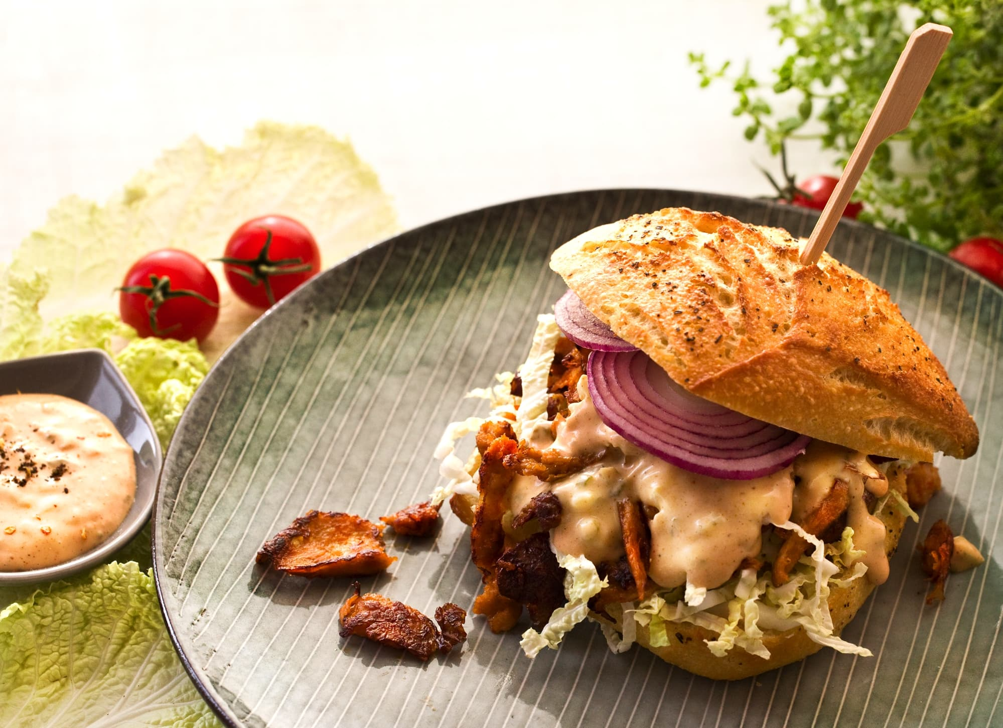 VEGANE ALTERNATIVE ZUM PULLED CHICKEN BURGER MIT DINER-SAUCE